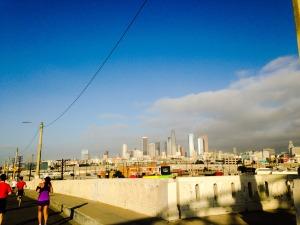 Esta era la vista desde el puente.  Downtown Los Ángeles.  Se alcanza a ver la nube de contaminación sobre la ciudad :(