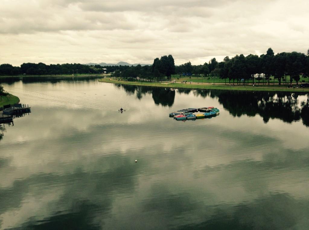 Volvería solo por esta vista. Acá en Bogotá todos los días parecen perfectos para correr. Siempre está nublado :D