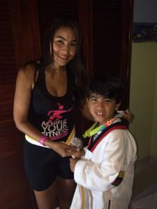Al llegar a casa, él me dio su nuevo cinturón y yo le di mi medalla.