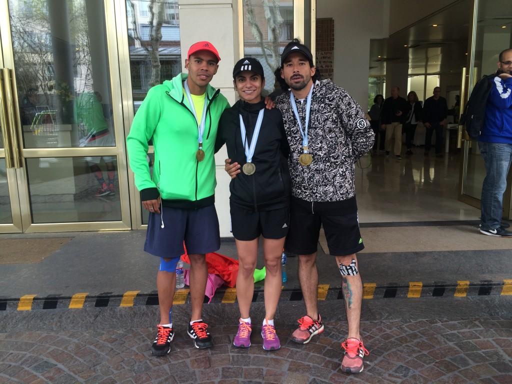 Los tres paisas con las medallas.