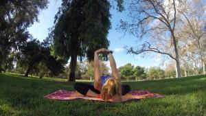Este movimiento ayuda a estirar la parte superior de la espalda, al igual que lo movimientos de cuello y el autoabrazo.